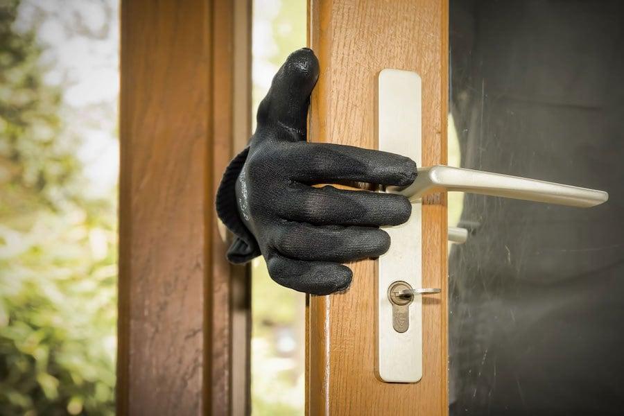 Μαθήτρια ήρθε πρόσωπο με πρόσωπο με οπλισμένο ληστή μέσα στο σπίτι της!