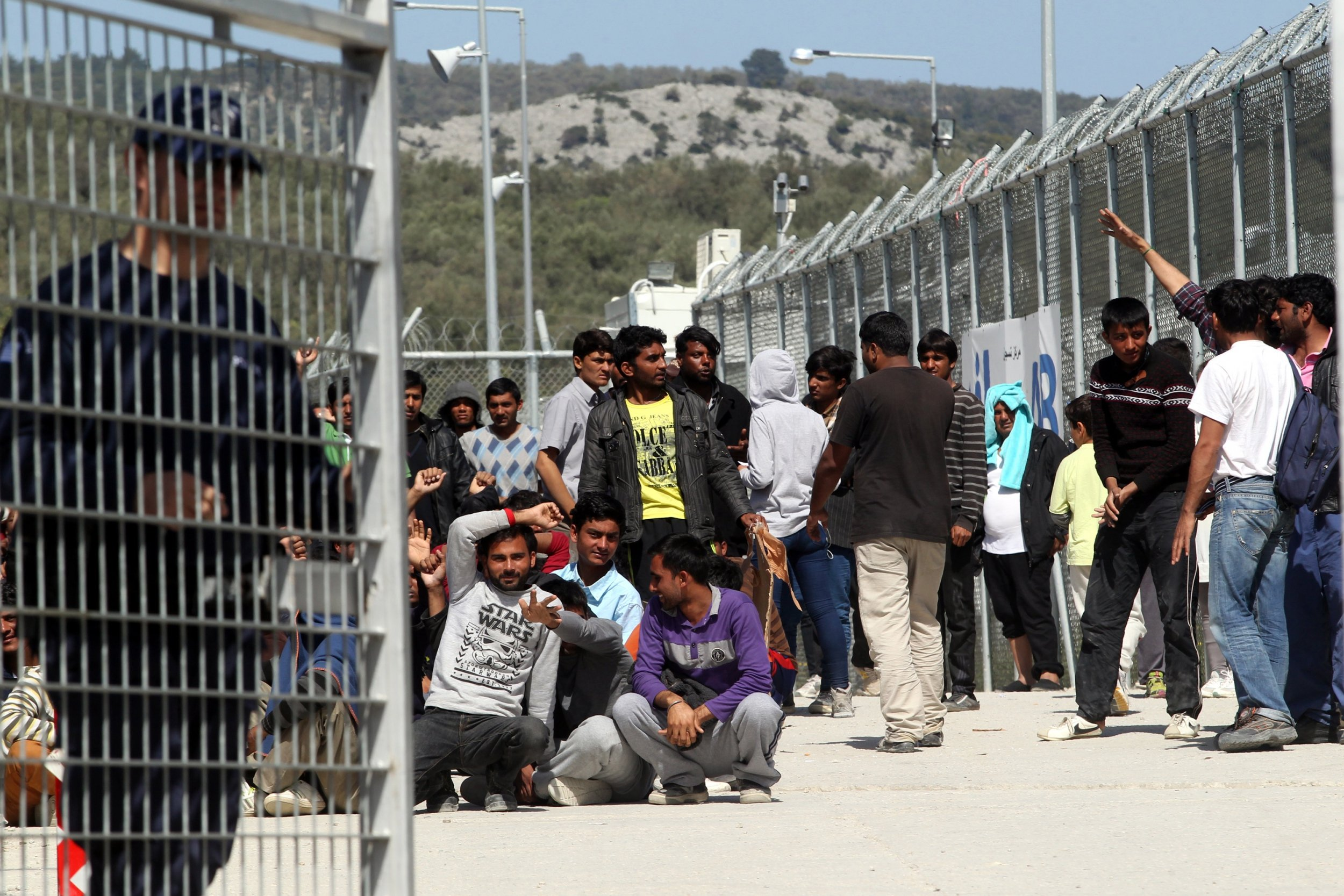 Εξακολουθούν να είναι υπεράριθμοι οι μετανάστες που παραμένουν στις δομές του Στρατού!