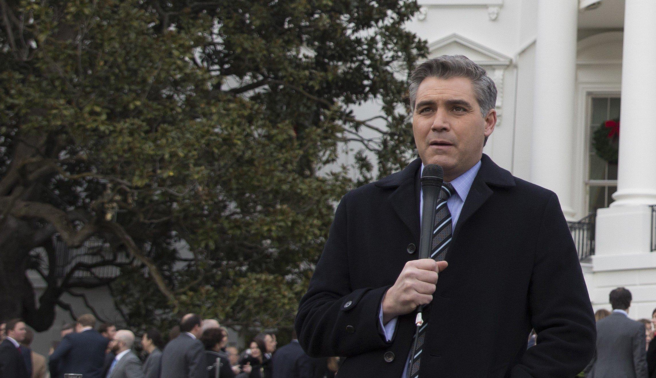 Διαταγή δικαστηρίου στον Λευκό Οίκο να επαναφέρει τη διαπίστευση δημοσιογράφου του CNN