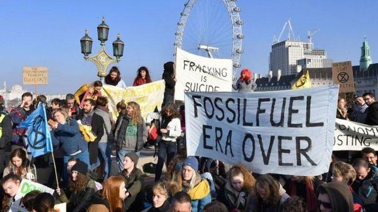 Λονδίνο:Διαδηλωτές απέκλεισαν γέφυρες για την κλιματική αλλαγή