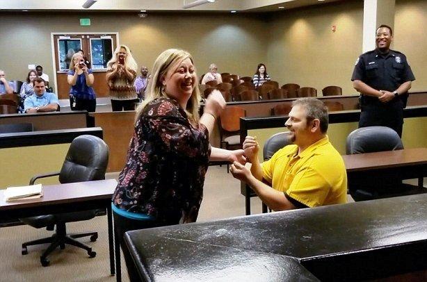 """""""Κρατούμενος"""" έκανε πρόταση γάμου στην δόκιμη αστυνομικό και… καταδικάστηκε σε ισόβια! (video)"""