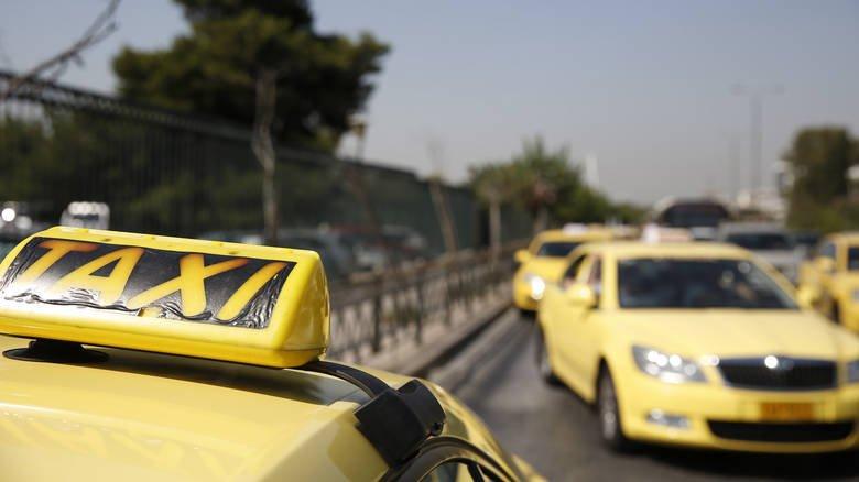 """Πανελλαδικό """"χειρόφρενο"""" (έως τις 16:00) των οδηγών ταξί"""