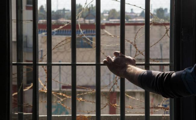 Αστυνομικοί συγκεντρώνουν βιβλία για να τα μοιράσουν σε κρατούμενους φυλακών