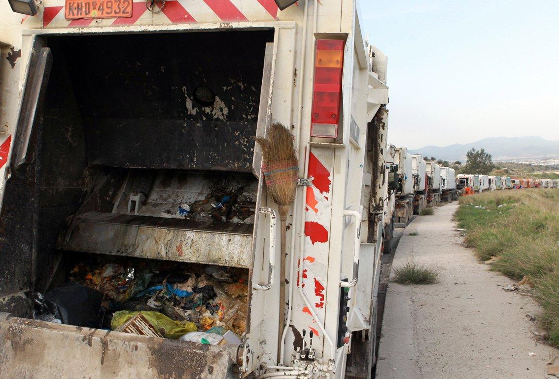 Νεκρός ο οδηγός απορριμματοφόρου που ανετράπη στα Άνω Λιόσια (ΦΩΤΟ)