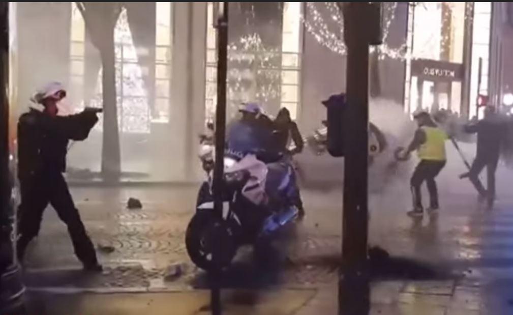 Σοκ στη Γαλλία: Αστυνομικός έβγαλε όπλο εναντίον διαδηλωτών(video)