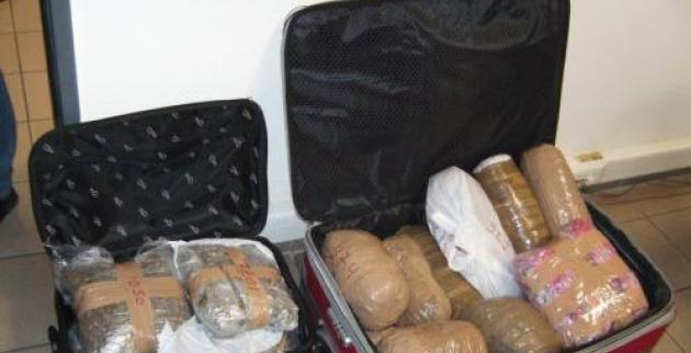 Εντοπίστηκαν με 30 κιλά χασίς στις βαλίτσες τους