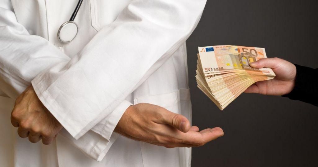 """Θεσσαλονίκη: Συνέλαβαν γιατρό δημοσίου νοσοκομείου για """"φακελάκι"""""""