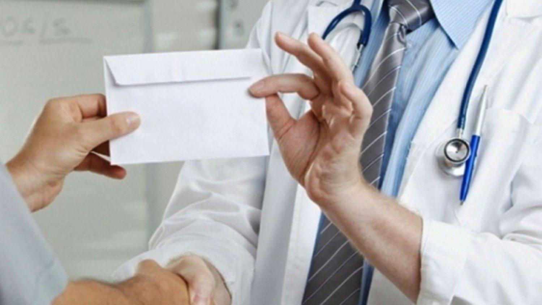 Ελεύθερος με όρο και καταβολή εγγυοδοσίας ο γιατρός που κατηγορείται για «φακελάκι»