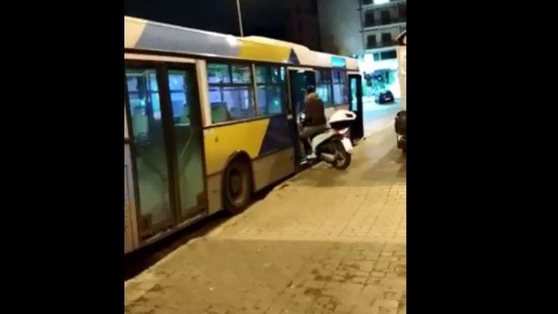 Μπήκε σαν κύριος με το μηχανάκι του σε… λεωφορείο (video)