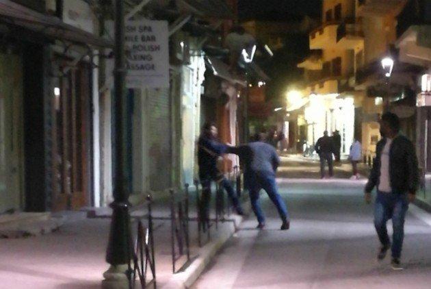 Τρεις Έλληνες αναζητούνται για τον τραυματισμό του Αμερικανού ναύτη