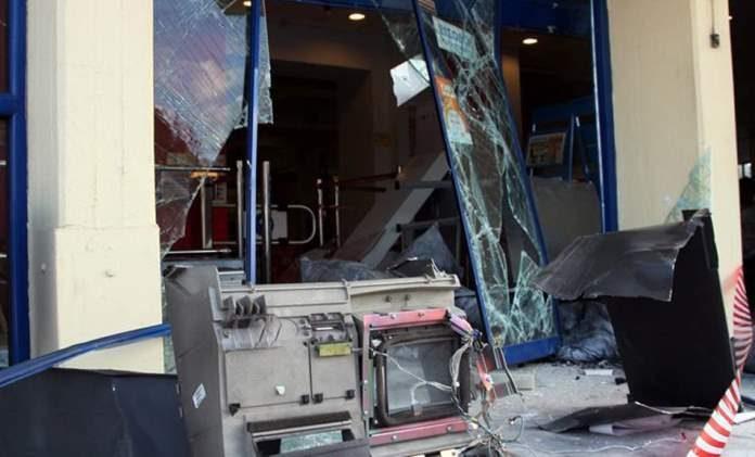 Γκρέμισαν την πρόσοψη της τράπεζας και έκλεψαν το αυτόματο μηχάνημα πληρωμών