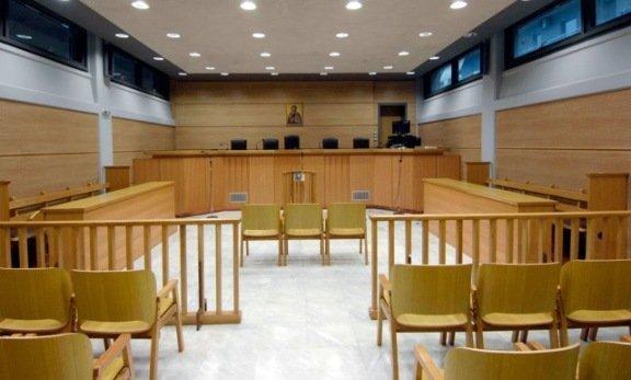 Τυπολατρία σε καιρό πανδημίας: Ποιος «επιβάλλει» στους δικαστές να συνωστίζονται σε μια αίθουσα για να διακόψουν μια δίκη;