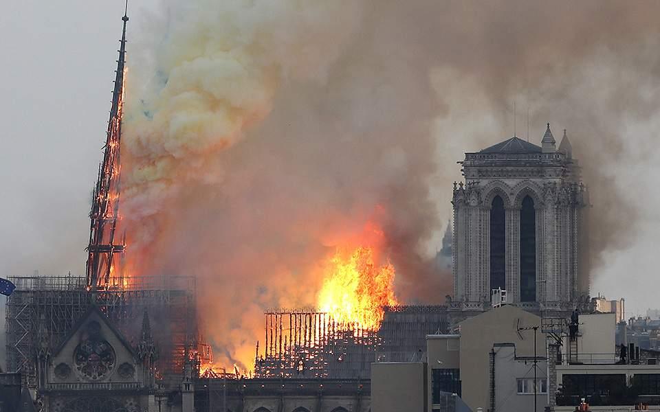 Στις φλόγες η Παναγία των Παρισίων – Κατέρρευσε η οροφή (LIVE Εικόνα)