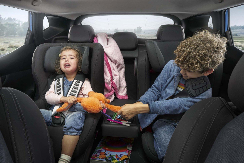 Έρευνα: 6 στους 10 γονείς δεν μπορούν να συγκεντρωθούν στην οδήγηση όταν έχουν άτακτα παιδιά στο πίσω κάθισμα του αυτοκινήτου τους