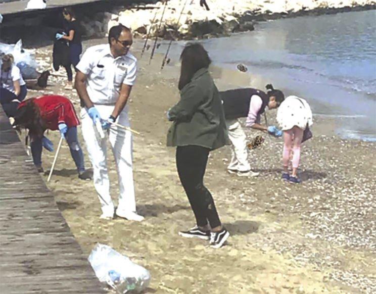Πλήρωμα και επιβάτες κρουαζιερόπλοιου καθάρισαν παραλία της Ρόδου