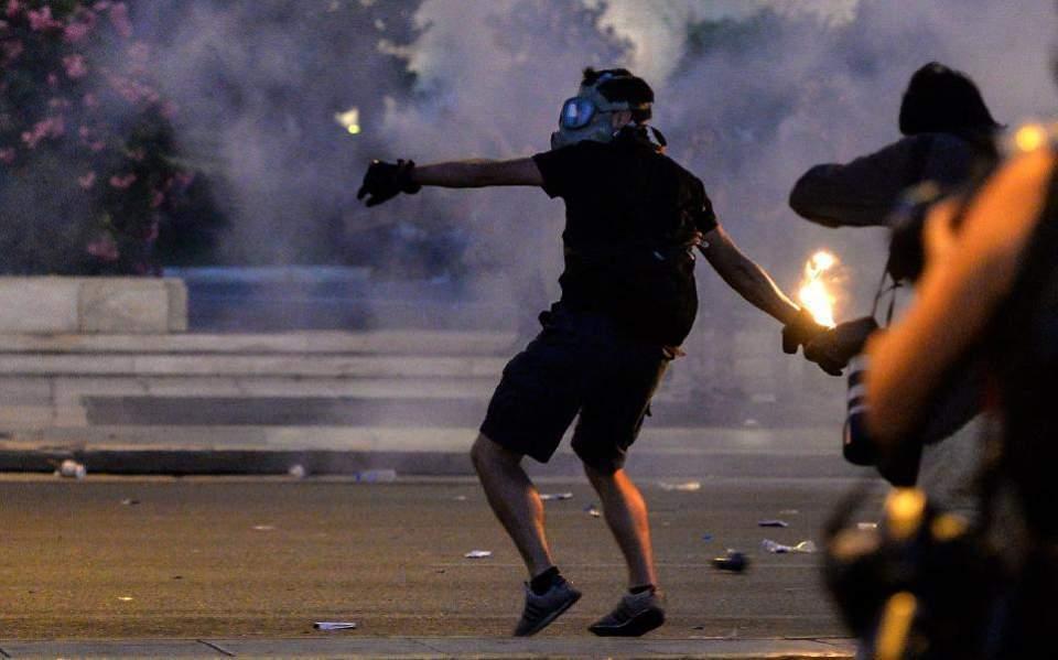 Επίθεση αναρχικών στο κέντρο της Αθήνας! Τραυματίας ένας αστυνομικός