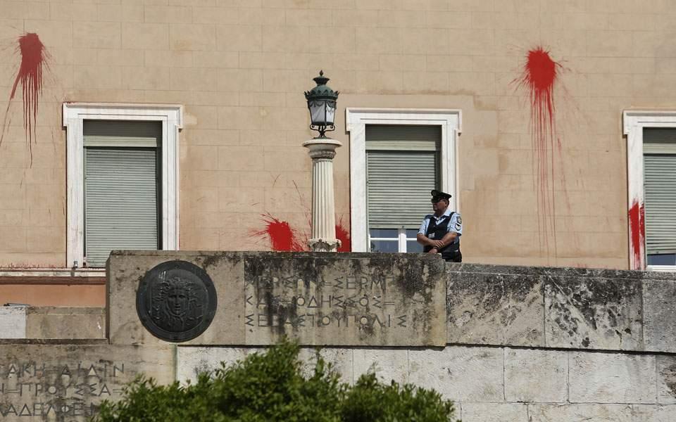 Oβανδαλισμός της Βουλής φέρνει αυστηροποίηση της Δικαιοσύνης απέναντι στον Ρουβίκωνα