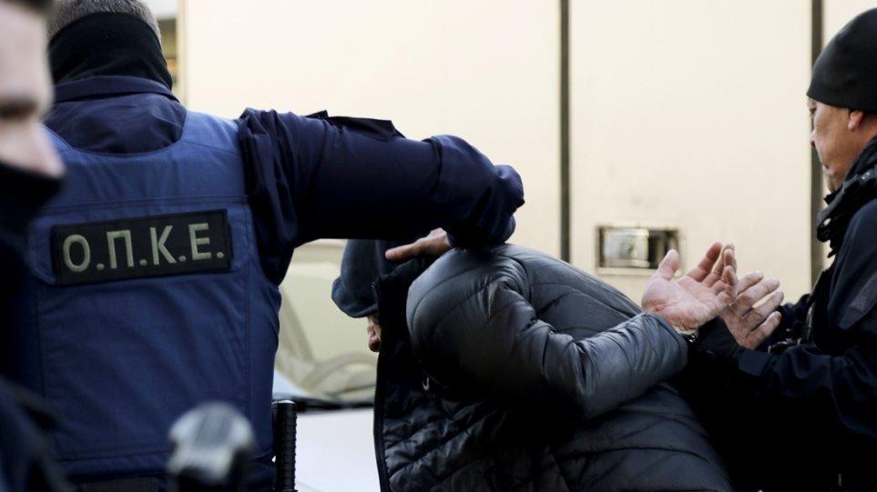 Καταδίκη με αναστολή στη μάνα και τον πατριό που ξύρισαν το κεφάλι της κόρης τους