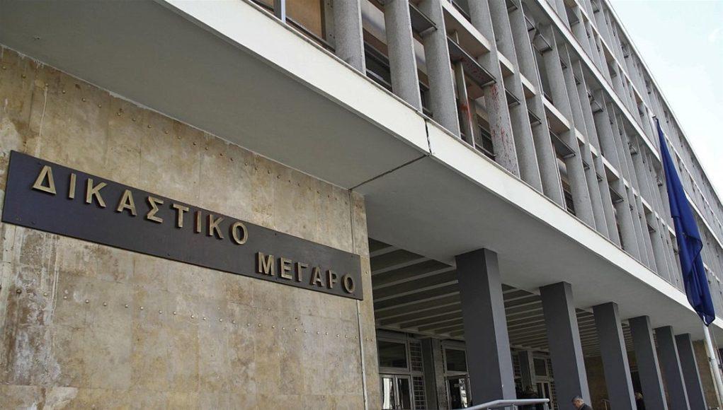 Σύλληψη 4 ατόμων που πέταξαν τρικάκια υπέρ του Δ. Κουφοντίνα στο δικαστικό μέγαρο της Θεσσαλονίκης