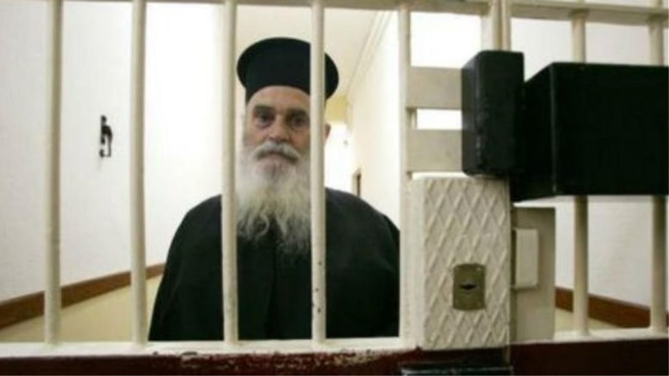 Ο 90χρονος ιερέας που συνάντησε τον Κ. Πάσσαρη – Τι λέει ο φύλακας-άγγελος των κρατουμένων