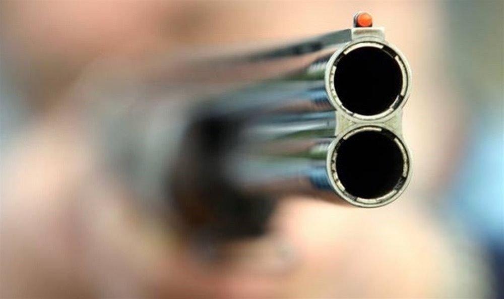 Πάτρα: Άνδρας σε αμόκ διέλυσε με πυροβολισμούς και βαριοπούλα αυτοκίνητο συγγενούς του