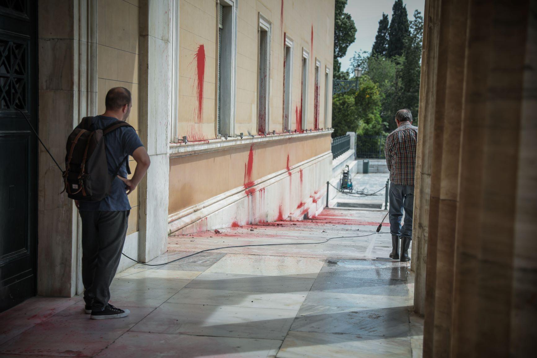 Επίθεση Ρουβίκωνα στη Βουλή: Βρέθηκε σακίδιο με μπογιά – Εξετάζεται για DNA και αποτυπώματα