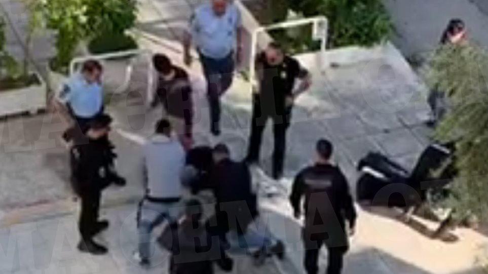 Η στιγμή της σύλληψης του αδελφοκτόνου του Παλαιού Φαλήρου (ΒΙΝΤΕΟ)