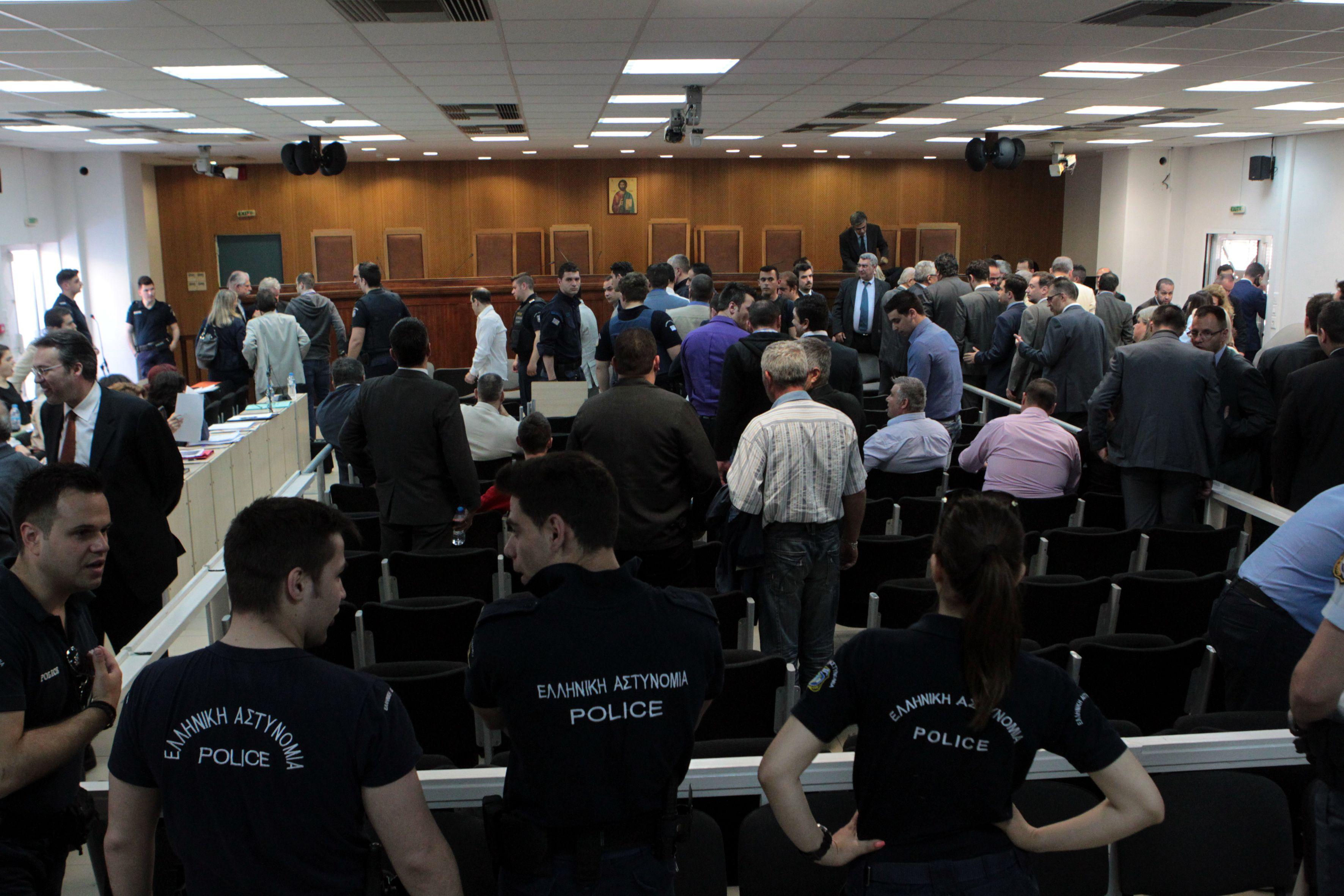 """""""Δεν ξέρουν, δεν είδαν"""" οι κατηγορούμενοι στη δίκη της ΧΑ – Παρούσα η Μπέτυ Μπαζιάνα"""