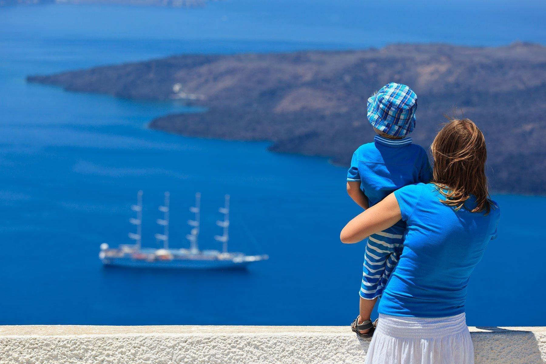 Guardian: Η Ελλάδα ετοιμάζει νέους κανόνες για διακοπές και τουρισμό