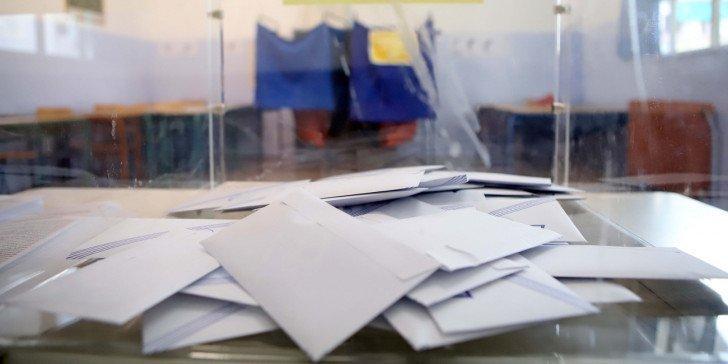 Κώλυμα ηγεσίας για συμμετοχή καταδικασθέντων σε εκλογές – φωτογραφίζοντας τη Χρυσή Αυγή – θέτει το υπουργείο Εσωτερικών