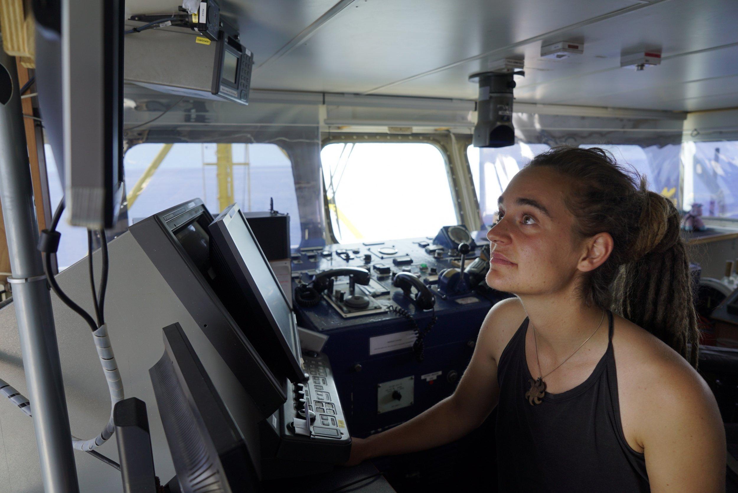 «Πόλεμος» και διαδηλώσεις χωρίς σουτιέν για την πλοίαρχο Ρακέτε