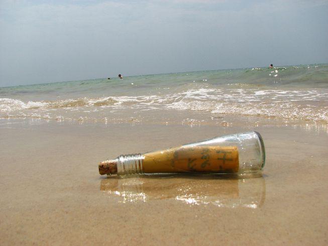 Ένα μπουκάλι «μνήμης» διέσχισε 2.500 μίλια στη θάλασσα και βρέθηκε άθικτο!
