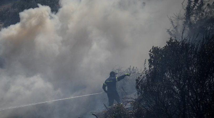 Επικίνδυνες διαστάσεις έχει πάρει η φωτιά στην Δίβρη που ξεκίνησε λίγο πριν το μεσημέρι.