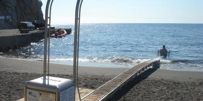 Απαράδεκτο: Έδεσαν σκάφος στη ράμπα αυτόνομης πρόσβασης ΑμεΑ στη θάλασσα