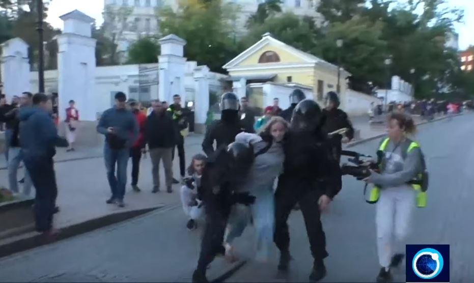 Παγκόσμιος αποτροπιασμός για τον άγριο ξυλοδαρμό Ρωσίδας διαδηλώτριας από αστυνομικό (video)