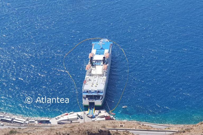 """Πετρέλαιο και σκουριές στη θάλασσα της Σαντορίνης από το """"OLYMPUS"""" που προσάραξε"""