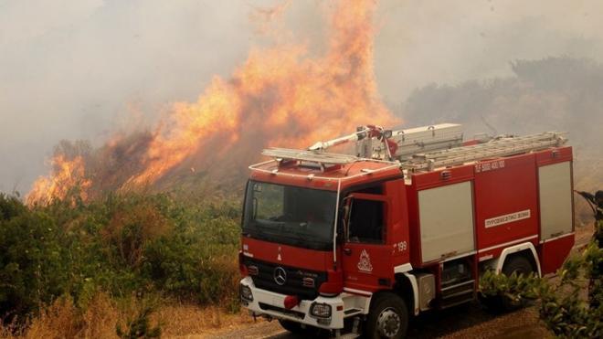 Πυρκαγιά στη Νέα Μάκρη και στα Καλύβια – Εκκενώθηκε οικισμός