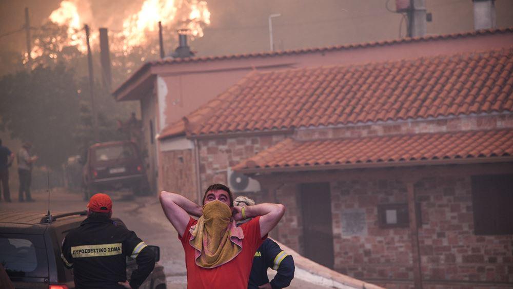 Ζημιές σε σπίτια στο χωριό Μακρυμάλλη από τη φωτιά στην Εύβοια