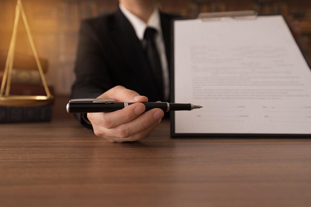 Αρχή ίσης μεταχείρισης και δικηγόροι με έμμισθη εντολή