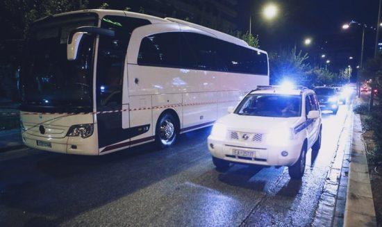 Παραδόθηκε ο άνδρας που άνοιξε πυρ κατά λεωφορείου έξω από το Caravel