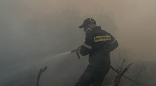 Σαρωνίδα: Εκκενώνονται σπίτια λόγω της πυρκαγιάς
