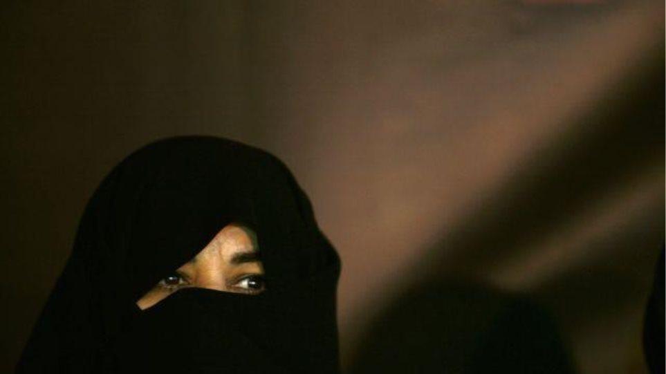 Μια κακοποιημένη μητέρα από το Ιράν είναι η αφορμή να δείξει ανθρωπιά η δικαιοσύνη