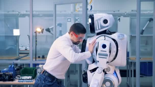 Αντικατέστησαν εργαζόμενη με… ρομπότ, αλλά την επανέφερε η δικαιοσύνη!