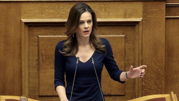 """Έφη Αχτσιόγλου: Πολιτική επιλογή της ΝΔ η άρνηση στο """"κούρεμα"""" χρεών"""