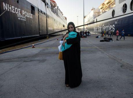 Στο λιμάνι του Πειραιά 215 μετανάστες από τη Μόρια.Θα μεταφερθούν σε δομές φιλοξενίας