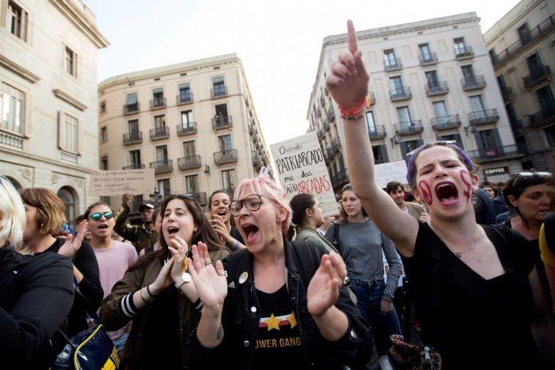 Αντιδράσεις στην Ισπανία: Αθωώθηκαν 5 κατηγορούμενοι για ομαδικό βιασμό 14χρονης επειδή «δεν άσκησαν βία»