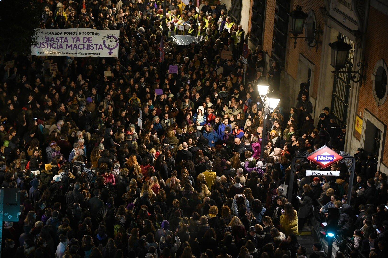 Οργή στην Ισπανία για την απαλλαγή πέντε ανδρών από την κατηγορία βιασμού ενός 14χρονου κοριτσιού