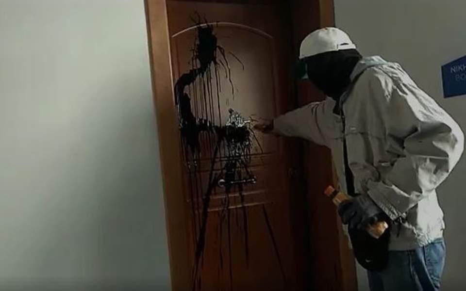 Επίθεση «Ρουβίκωνα» με μπογιές στο πολιτικό γραφείο της Ν. Κεραμέως