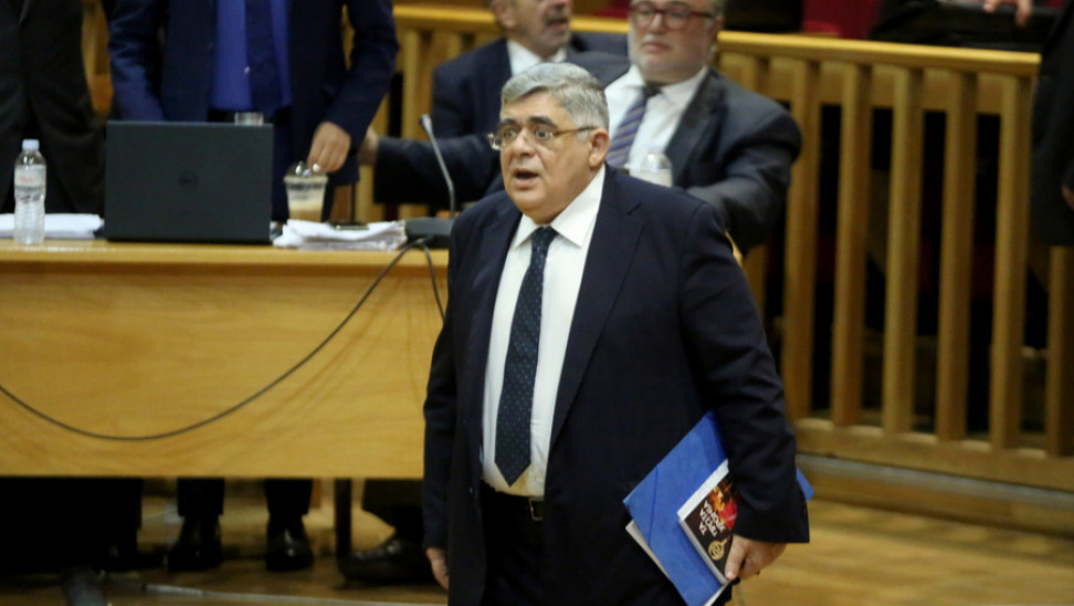 Δίκη ΧΑ: Με στάση προσοχής υποδέχθηκαν τον Ν. Μιχαλολιάκο οι οπαδοί του – Ξέσπασε η μητέρα του Π. Φύσσα