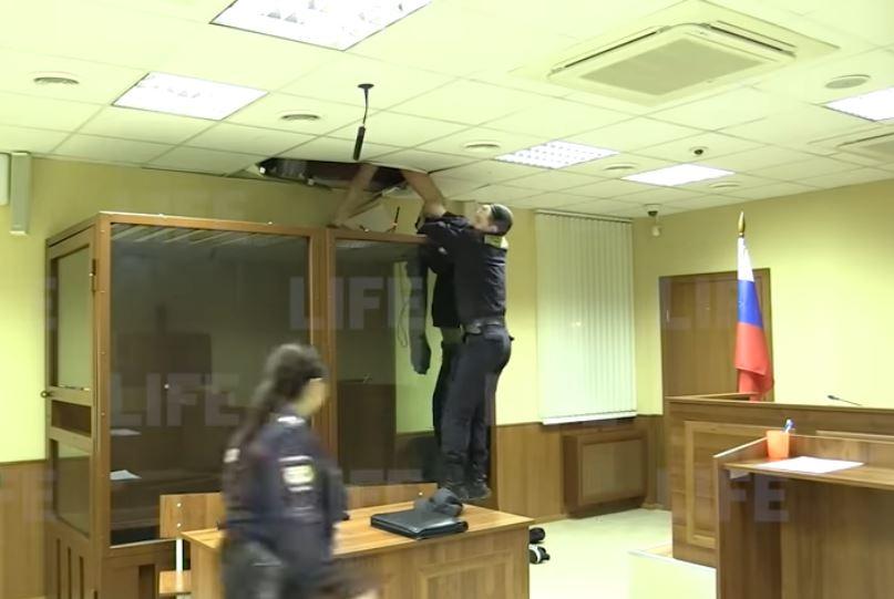 Κατηγορούμενος προσπάθησε να αποδράσει από το ταβάνι (BINTEO)